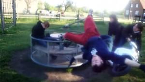 【バカ動画】バイクでメリーゴーランドを回したら人が飛んでった(笑)
