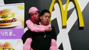 【マクドナルド動画】ピンク色の物を見せると『さくらてりたまセット』が割引価格に! ピンクのおっさんを身につけてみた