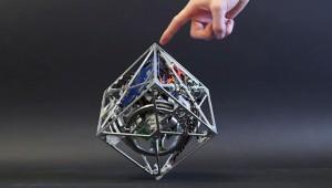 これはすごい発明だなあ!絶対に倒れないキューブ型マシンが不思議すぎるよ