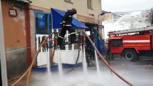 よくやるなあ!消防士さんが消防用ホースで空中に浮く動画