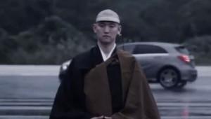 ベンツの運転で僧侶の心を揺さぶれるか検証した動画