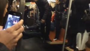 驚きすぎでしょ!ネズミ一匹で大パニックの地下鉄の電車内