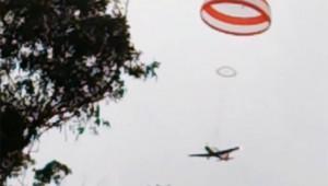 飛行中に故障した飛行機が安全システムによりゆっくり着陸!これは良いシステム!