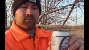 斬新な方法で缶ビールを飲む男性が凄い