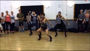 ビヨンセのダンスをハイヒールで踊る3人の男性が笑えないレベルだと話題に