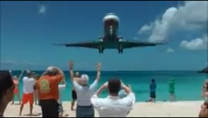 頭上スレスレを飛ぶ飛行機のスリルが凄い