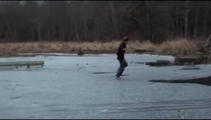 湖のスケートリンクではしゃぐ大人を襲った悲劇