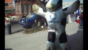 牛の着ぐるみのダンスがキレキレで人間技とは思えない!