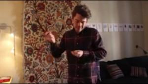 指パッチンで曲を演奏する男性の技術が驚異的