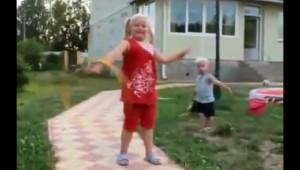 一瞬何が起きたかわからない!? 子供の遊んでいる動画が凄い