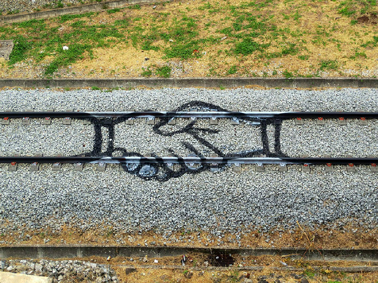 new_railway-train-tracks-portugal-street-art-artur-bordalo-1