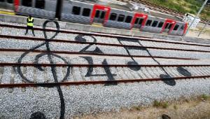 斬新な発想! アーティストの手によってキャンバスに変貌した線路!