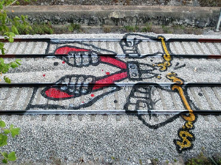 new_railway-train-tracks-portugal-street-art-artur-bordalo-7