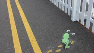 路上にこっそり現れた立体視ストリートアートが可愛らしい!!