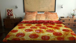 毎日の睡眠が楽しくなりそうな斬新なベッドカバー8選! ピザのベッドカバー(笑)