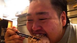 大食いでガツガツ食事をする男子はモテるらしい! マナーより積極性が大事!