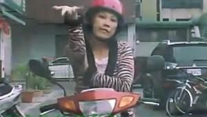 【爆笑動画】絶対に絶対に絶対に道を譲らないバイクのオバチャンがスゴイ!!