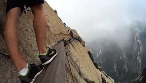 これは恐ろしい! 修道院へと向かう断崖絶壁の道が恐ろしすぎる