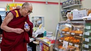 チベットのダライラマ氏が日本のセブンイレブンに寄ってミルクティーを購入