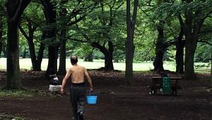 代々木公園に住む男性「ずっと裸で3年もココに住んでるけど一度も蚊に刺された事ねーよ!」