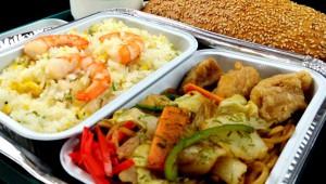 ガルーダ・インドネシア航空がデカ盛り機内食を提供していた件! チャーハンとヤキソバと唐揚げ