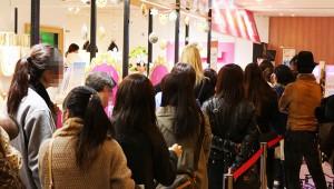 渋谷のハローキティカフェが大盛況! 入店まで1時間以上かかるほどの行列