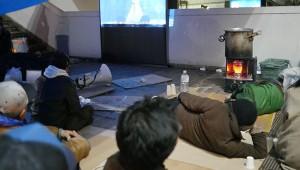 極寒の渋谷区宮下公園が1月3日まで閉鎖! ホームレスが寝床をなくし歩道脇で紅白歌合戦を鑑賞
