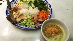 生野菜と麺を混ぜて食べる「サラダ麺」がバンコクで女子に大人気