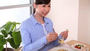 秋葉原で食事をしていた女子に悲劇 / 隣の男性客の体臭が激しすぎて嘔吐「ぐおぇえええええ!!」