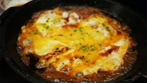 すき焼きのシメに「生卵を鍋に入れて焼いてご飯にかける」とウマイぞ!