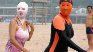 中国では常識! フェイスマスクをつけてビーチを楽しむ美女たち