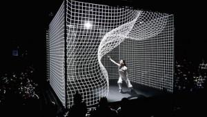 空間がゆがむ次世代のダンスが凄い! 人間世界とデジタル世界が融合する新次元