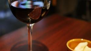 世にも珍しい黒ワインが飲める店! 肉やパスタの旨味が倍増 / 俺のイタリアン