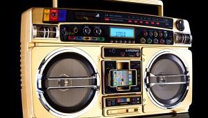 1980年代のラジカセとiPhoneをドッキング! 最新技術でラジカセから音楽を流そう(笑)
