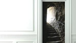 【これは欲しい】部屋のドアをゲームのダンジョンにできる壁紙が凄い!