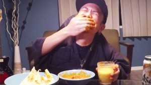 リア充が「二人羽織」でインドカレーを食べる動画を撮影! 激辛カレーが目に入って痛がる