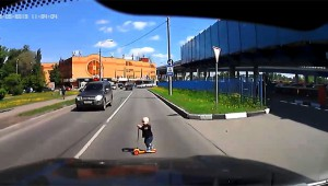 【衝撃】ひき殺される寸前! 子どもはこうやって道路に飛び出すぞ!