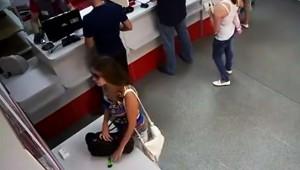 【犯罪】万引き少女の動画が話題に! カッターを盗むため真剣になっている姿に世界が爆笑