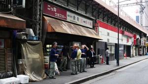 JR有楽町駅の居酒屋『食安商店』が凄い! 酒は自販機! つまみは暗闇にいるオバチャンから買え!