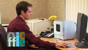 【欲しい】パソコンの横に置ける超小型サイズの電子レンジが大流行! コーヒー1杯を手軽にチン♪