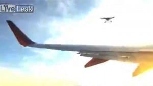 【衝撃】ドローンが飛行機に衝突した動画が話題!「恐ろしい」「おい嘘だろ」「規制しろ!!」