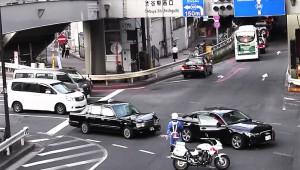 【衝撃】白バイが前進 → 驚いてクルマが急停止 → タクシーが追突 → ネットで白バイ批判