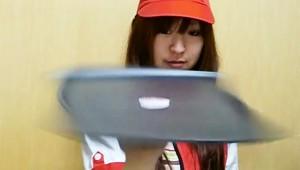【衝撃】マクドナルド女子店員の特技がスゲェェェ! まるでピザ職人(笑)