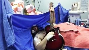 【驚異】脳腫瘍の手術を受けながらビートルズを演奏! 意識があるまま手術