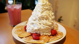 これぞパンケーキの最高峰! ダブルホイップクリームが大人気 / エッグスンシングス
