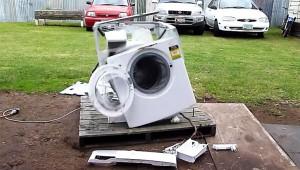 【ヤバイ動画】洗濯機に鉄を入れると自爆することが判明(笑)!