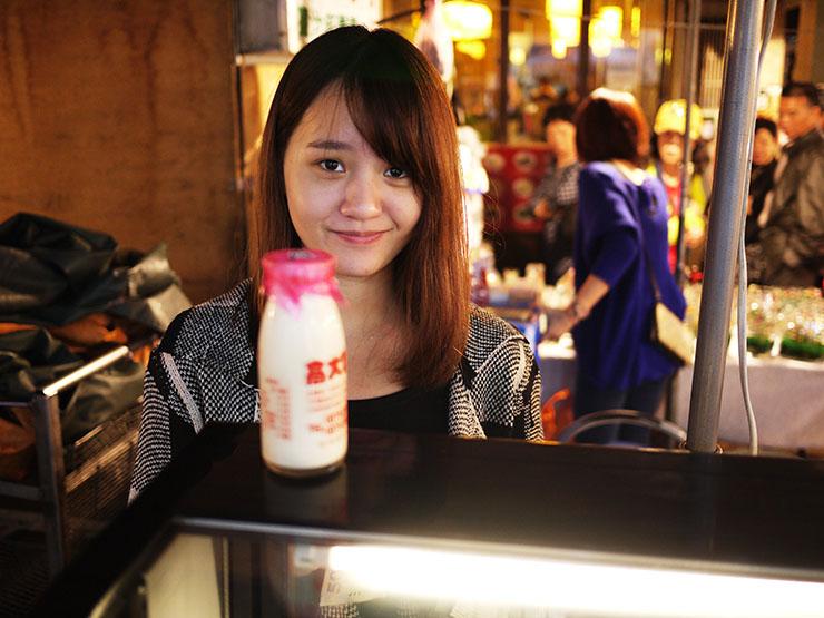 瓶牛乳美女