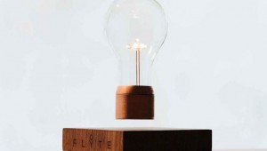 【驚異】本当に空中に浮くランプ『Levitating Light』が凄い! iPhoneも充電可能!