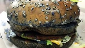 マクドナルドのハンバーガーを青く塗って食べた結果(笑)