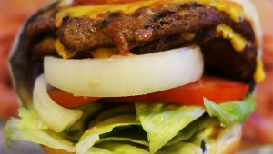 【東京上陸】北米ハンバーガーチェーン『Carl's Jr』がタイで大人気! 日本には2015年秋にオープン予定
